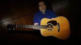 Специалист Heritage Auctions Гарри Шрум демонстрирует акустическую гитару Martin D-28. Фото AP