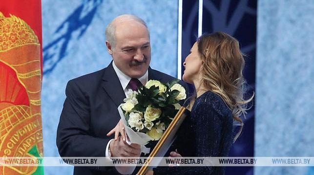 """Александр Лукашенко вручает премию """"За духовное возрождение"""" Юлии Быковой"""