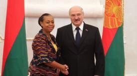 Чрезвычайный и Полномочный Посол Ганы в Беларуси Лесли Ача Опоку-Уаре и Президент Беларуси Александр Лукашенко