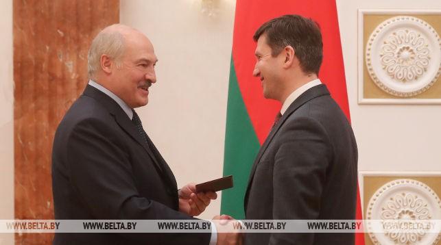 Александр Лукашенко вручает аттестат профессора ректору БГУ Андрею Королю
