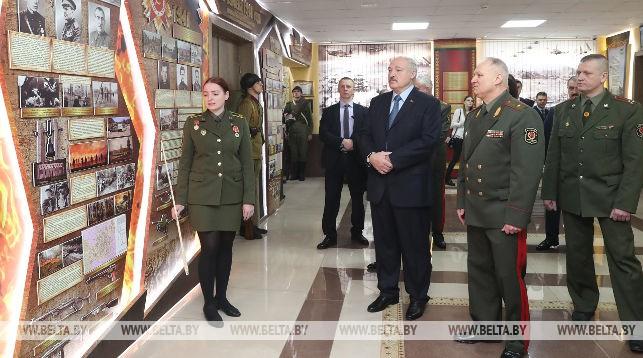 Александр Лукашенко во время посещения выставочного зала военной истории в Военной академии