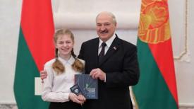Александр Лукашенко вручил паспорт Дарье Каминской из Глуска