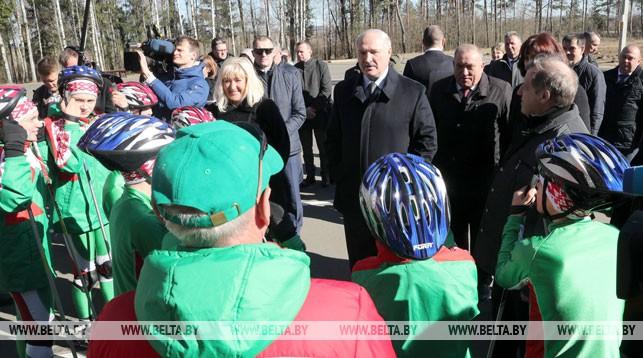 Александр Лукашенко во время посещения лыжероллерной трассы