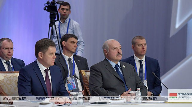 Александр Лукашенко во время заседания