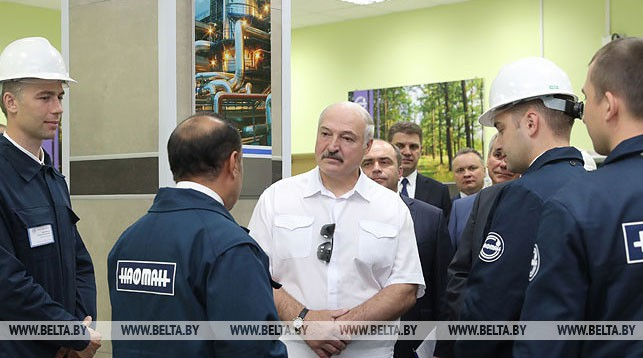 """Александр Лукашенко во время посещения ОАО """"Нафтан"""""""