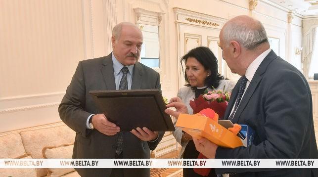 Александр Лукашенко вручает памятные подарки Президенту Грузии Саломе Зурабишвили