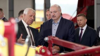 """Александр Лукашенко во время посещения ООО """"ЛидаТехмаш"""""""
