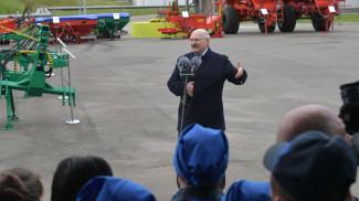 Александр Лукашенко во время общения с работниками льнозавода в Кореличах