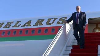 Александр Лукашенко в аэропорту Звартноц