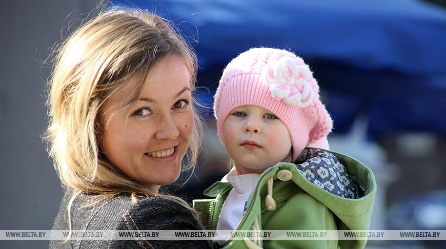 «Пусть главной наградой станут счастье и благополучие детей» — Александр Лукашенко поздравил женщин с Днем матери