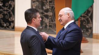 Александр Лукашенко награждает Олега Левшунова