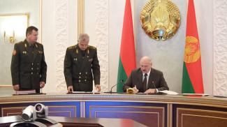 Александр Лукашенко во время подписания документов