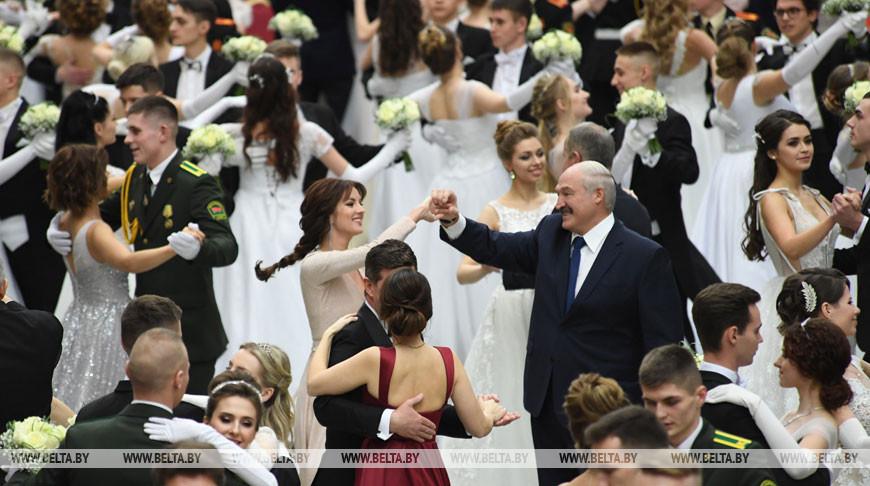 В изысканной атмосфере и с участием Президента — во Дворце Независимости проходит первый Венский бал