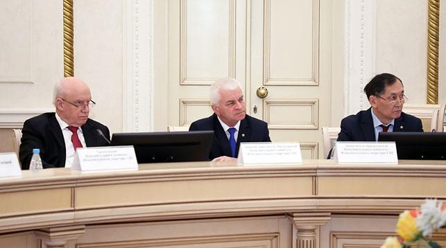 Виктор Гуминский (в центре). Фото официального сайта Исполнительного комитета СНГ