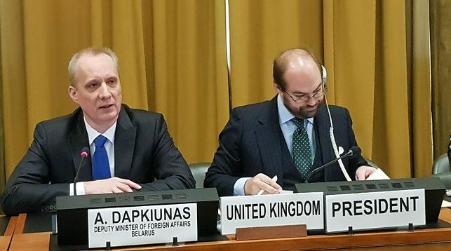 Выступает Андрей Дапкюнас (слева). Фото МИД