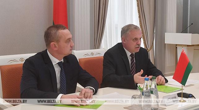 Государственный секретарь Совета безопасности Беларуси Станислав Зась (справа) и заместитель государственного секретаря Совета безопасности Владимир Арчаков