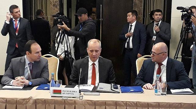 Андрей Дапкюнас (в центре). Фото МИД
