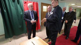 Сергей Лебедев знакомится с работой избирательного участка, размещенного на территории средней школы №1 города Фаниполь