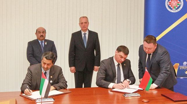Во время подписания. Фото Министерства по налогам и сборам