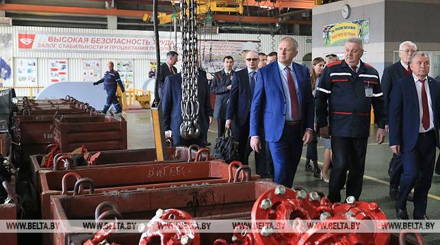 Сергей Румас во время посещения Минского тракторного завода