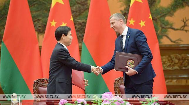 Чжун Шань и Дмитрий Крутой во время подписания концепции