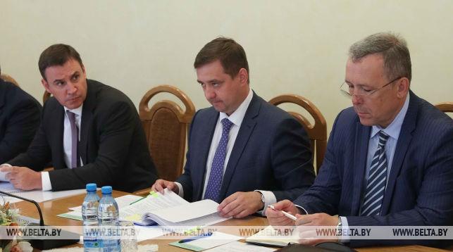 Дмитрий Патрушев (в центре)