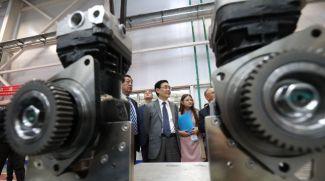 Заместитель председателя Всекитайского комитета Народного политического консультативного совета Китая Хэ Вэй осматривает сборочное производство коробок передач для МАЗов