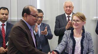Эм-Ди Насируззаман и генеральный директор Белорусской калийной компании Елена Кудрявец во время подписания