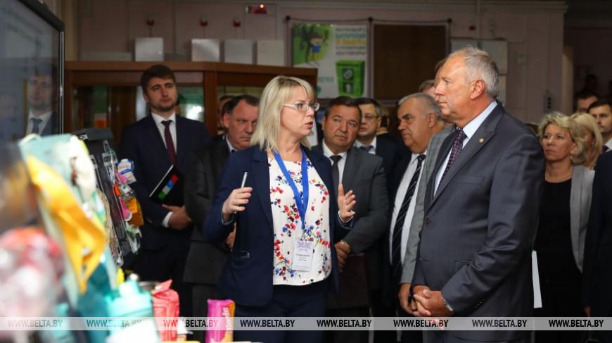 Сергей Румас во время посещения выставки