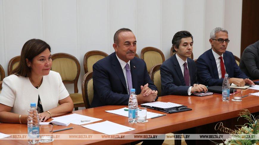 Мевлют Чавушоглу (в центре) во время встречи с Владимиром Макеем