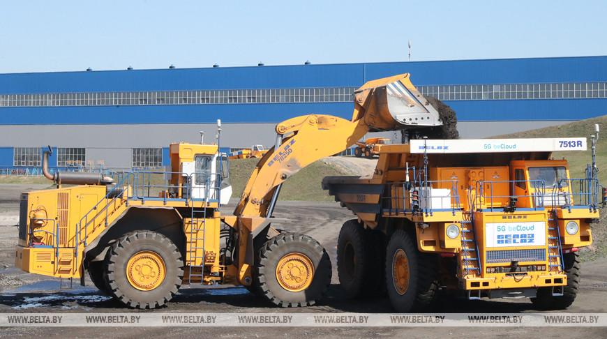 Самосвал и погрузчик БелАЗ с дистанционным управлением. Фото из архива