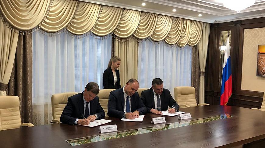 """Во время подписания трехстороннего соглашения. Фото """"Гомсельмаша"""""""
