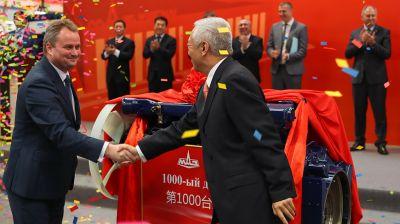Министр промышленности Беларуси Павел Утюпин и вице-губернатор провинции Шаньдун Лин Вэн снимают ткань с 1000-го двигателя, выпущенного ООО МАЗ-Вейчай
