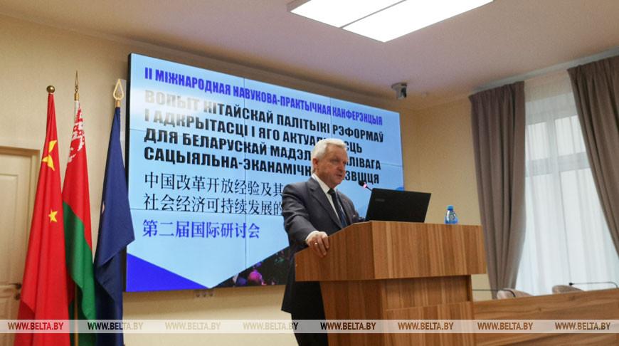 Анатолий Тозик во время выступления