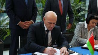Первый заместитель министра жилищно-коммунального хозяйства Геннадий Трубило (слева) во время подписания