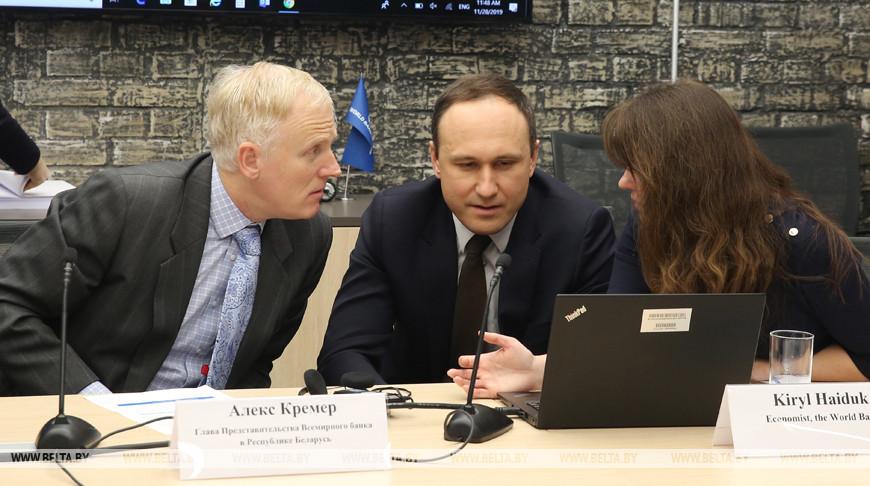 Глава представительства ВБ в Беларуси Алекс Кремер, экономист Кирилл Гайдук и экономист Марина Сидоренко