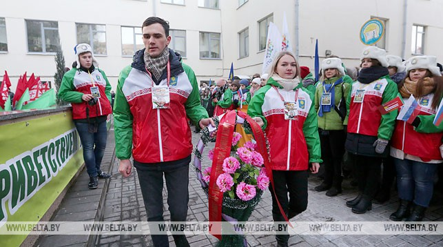 Во время торжественного митинга. Фото из архива
