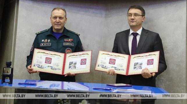 Министр по чрезвычайным ситуациям Владимир Ващенко и министр связи и информатизации Константин Шульган