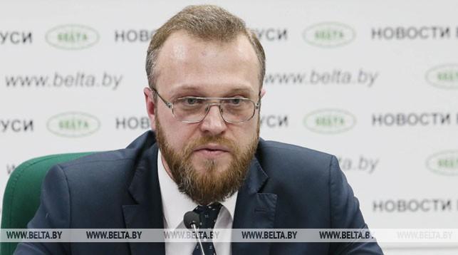 Андрей Ромашко во время брифинга