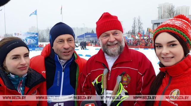 Федор Повный (второй справа)
