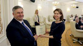 Министр информации Александр Карлюкевич вручает награду корреспонденту Белорусского телеграфного агентства Вере Сергеевой
