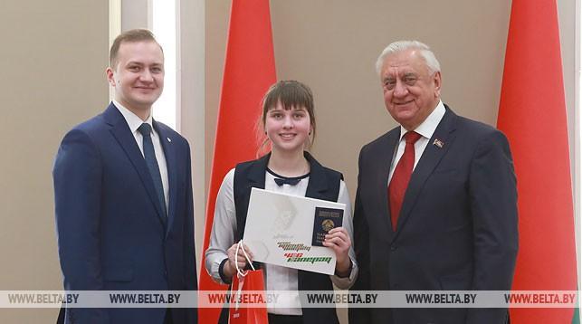 Дмитрий Воронюк и Михаил Мясникович вручили паспорт учащейся средней школы №3 города Березы Альбине Жлоба