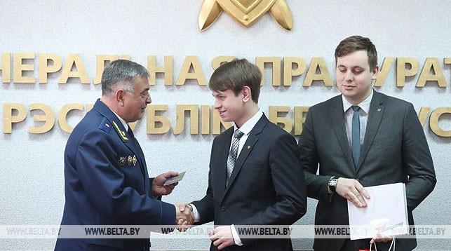 Александр Лашин во время вручения паспорта Александру Петрашевскому