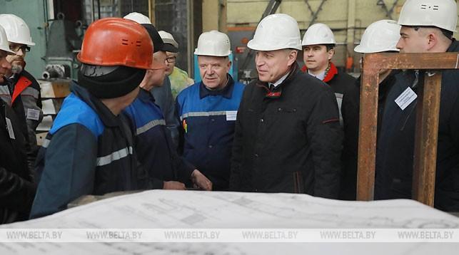Михаил Орда во время посещения завода