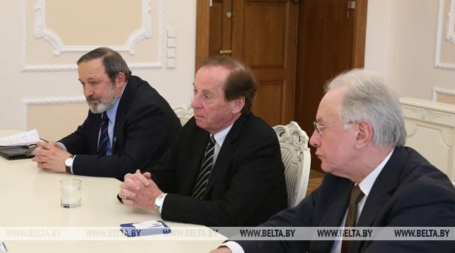 Генри Пойсант (в центре)