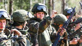 Солдаты 103-й отдельной гвардейской воздушно-десантной бригады во время учений