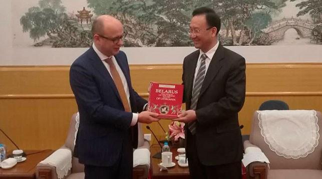 Кирилл Рудый и Фань Вэйпин. Фото посольства Беларуси в Китае