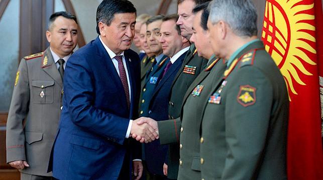 Сооронбай Жээнбеков приветствует участников совещания. Фото Кабар