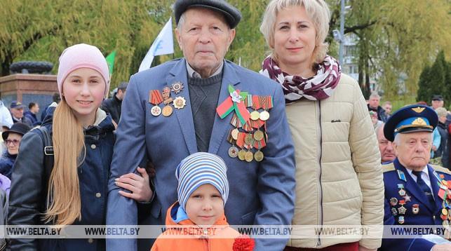 Ветеран Петр Барковец с семьей. Фото Олега Климовича