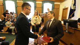 Член Постоянной комиссии Совета Республики Национального собрания Республики Беларусь по международным делам и национальной безопасности Олег Руммо награждает Илью Климко